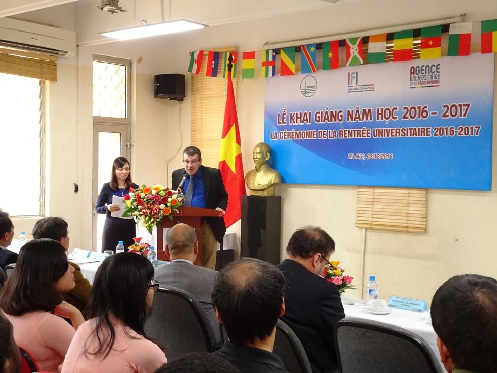 Ông Régis Martin, trưởng đại diện văn phòng Châu Á- Thái Bình Dương của Tổ chức Đại học Pháp ngữ AUF phát biểu chúc mừng Lễ Khai giảng