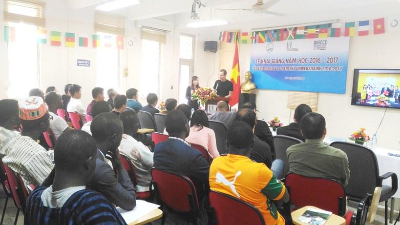 Giảng viên Dominique Longin đến từ Cộng hòa Pháp chia sẻ cùng các học viên mới