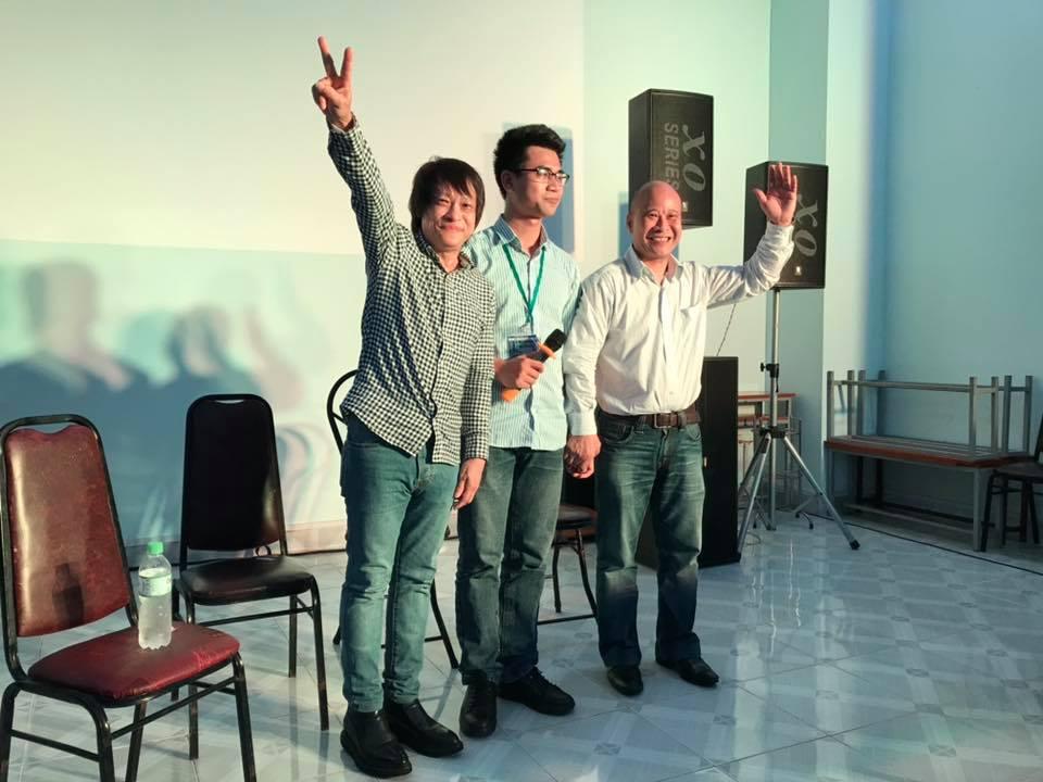 Hai tác giả đoạt giải cao nhất tại Slam thơ Phan Thiết. Từ trái sang phải: tác giả Bảo Đạt, tác giả Nguyễn Hồng Phúc và nhà thơ Ngô Tự Lập- Viện trưởng Viện Quốc tế Pháp ngữ.