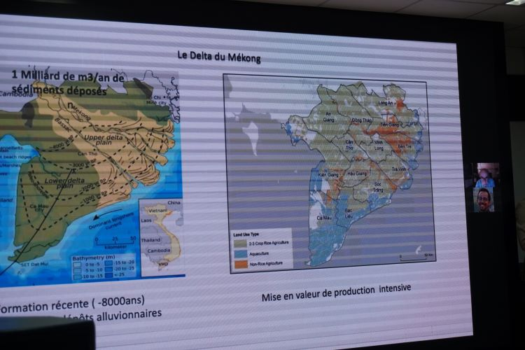 """Ông Georges Vachaud, Giám đốc nghiên cứu danh dự - Trung tâm Nghiên cứu Khoa học Quốc gia (CNRS), Cộng hòa Pháp kết nối từ đầu cầu Pháp với tham luận """"ngập úng châu thổ sông Mekong, một quá trình không thể đảo ngược?"""""""