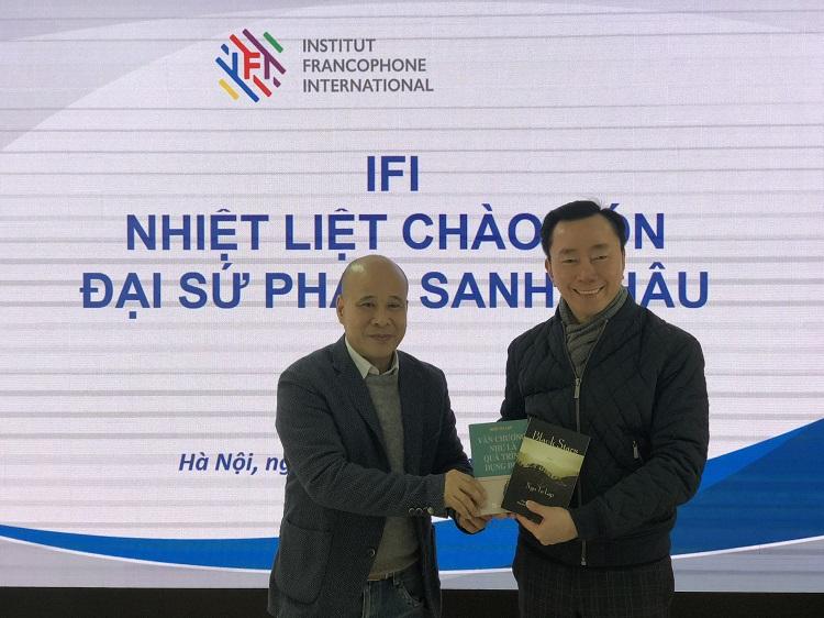Viện trưởng IFI, ông Ngô Tự Lập và ông Phạm Sanh Châu, Đại sứ Đặc mệnh toàn quyền của Việt Nam tại Cộng hòa Ấn Độ